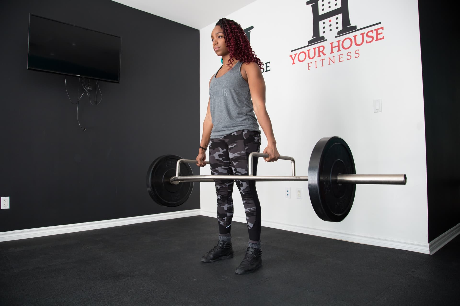 woman deadlifting with trap bar